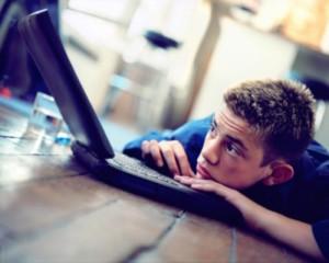 Solitudine al computer 300x240 - Facebook:  per non sentirsi soli